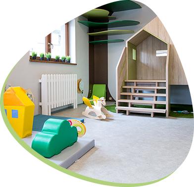 bawialnia dla dzieci - pokój z drewnianym domkiem