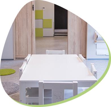 drewniany biały stolik dla najmłodszych