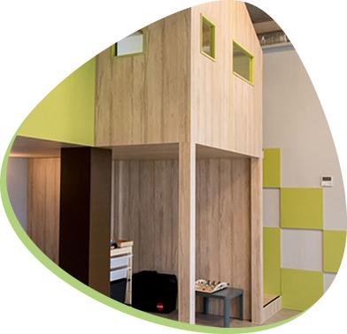 pokój z drewnianym domkiem i zabawkami edukacyjnymi