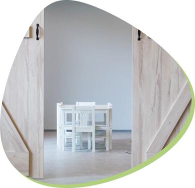 sala zabaw z drewnianym stolikiem dla dzieci