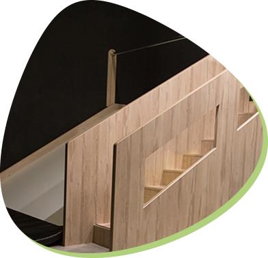bezpieczne, drewniane schody w sali zabaw dla dzieci