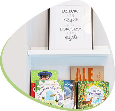 biblioteczka z książkami dla dzieci